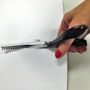 Il taglio zigrinato della forbici per tessuto